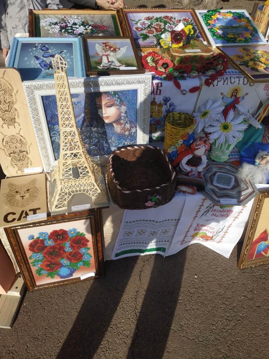 Виставка дитячих робіт у центрі міста